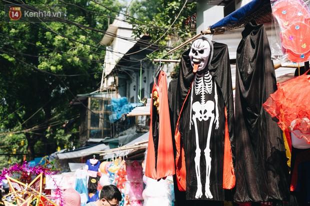 Ảnh: Một ngày trước rằm tháng 8, người dân đổ xô lên phố Hàng Mã vui chơi Trung thu - Ảnh 4.