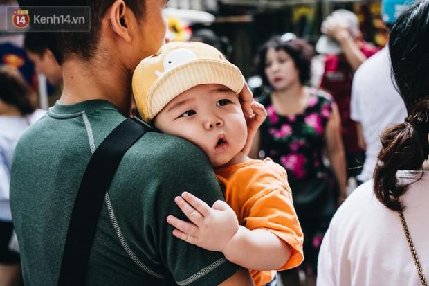 Ảnh: Một ngày trước rằm tháng 8, người dân đổ xô lên phố Hàng Mã vui chơi Trung thu - Ảnh 7.