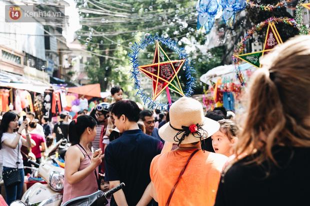 Ảnh: Một ngày trước rằm tháng 8, người dân đổ xô lên phố Hàng Mã vui chơi Trung thu - Ảnh 15.