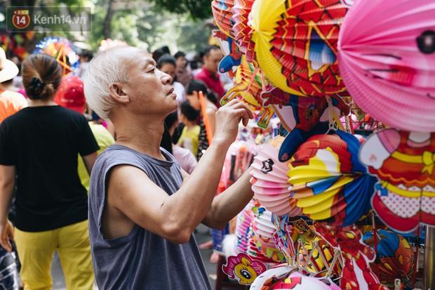 Ảnh: Một ngày trước rằm tháng 8, người dân đổ xô lên phố Hàng Mã vui chơi Trung thu - Ảnh 10.