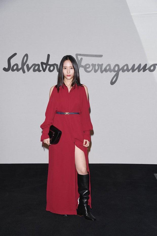 Sau khi bị chê già liên tiếp, Krystal chọn đồ đỏ nổi bật, lấn át Côn Lăng tại Milan Fashion Week - Ảnh 1.
