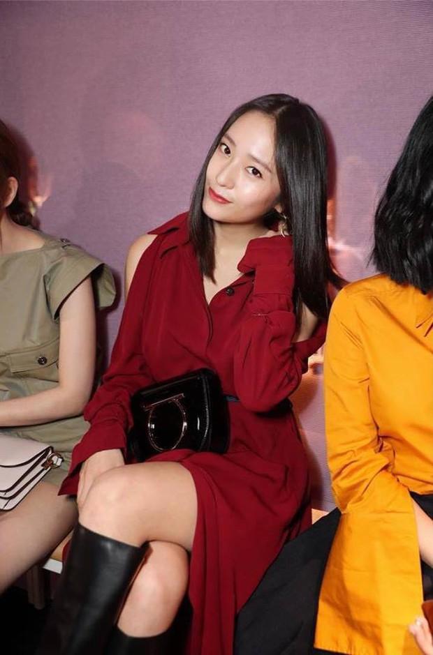 Sau khi bị chê già liên tiếp, Krystal chọn đồ đỏ nổi bật, lấn át Côn Lăng tại Milan Fashion Week - Ảnh 2.