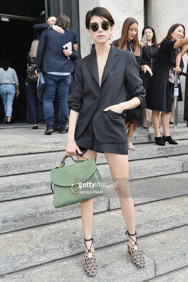 Sau khi bị chê già liên tiếp, Krystal chọn đồ đỏ nổi bật, lấn át Côn Lăng tại Milan Fashion Week - Ảnh 9.
