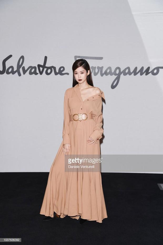 Sau khi bị chê già liên tiếp, Krystal chọn đồ đỏ nổi bật, lấn át Côn Lăng tại Milan Fashion Week - Ảnh 5.