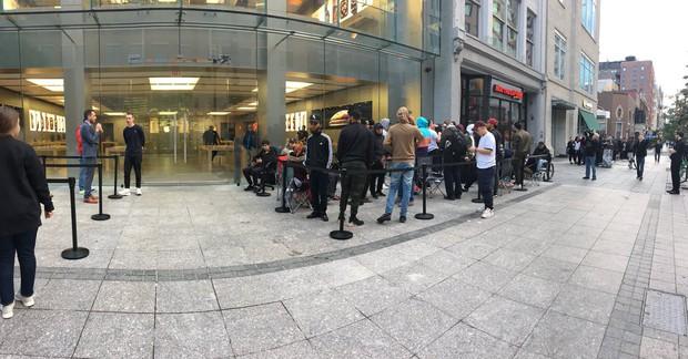 Apple ỉu xìu vì lèo tèo khách mua iPhone XS, có nơi chỉ 12 người thèm đợi cửa ngày mở bán - Ảnh 3.