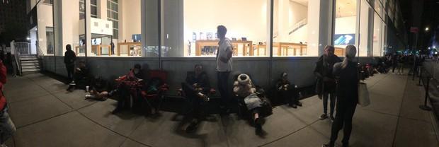 Apple ỉu xìu vì lèo tèo khách mua iPhone XS, có nơi chỉ 12 người thèm đợi cửa ngày mở bán - Ảnh 4.