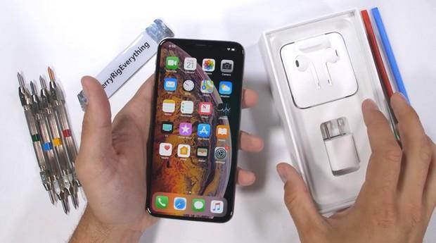 Thử nghiệm tra tấn iPhone XS Max: Apple đã chém gió về tấm kính bảo vệ màn hình? - Ảnh 1.
