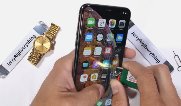 Thử nghiệm tra tấn iPhone XS Max: Apple đã chém gió về tấm kính bảo vệ màn hình? - Ảnh 5.