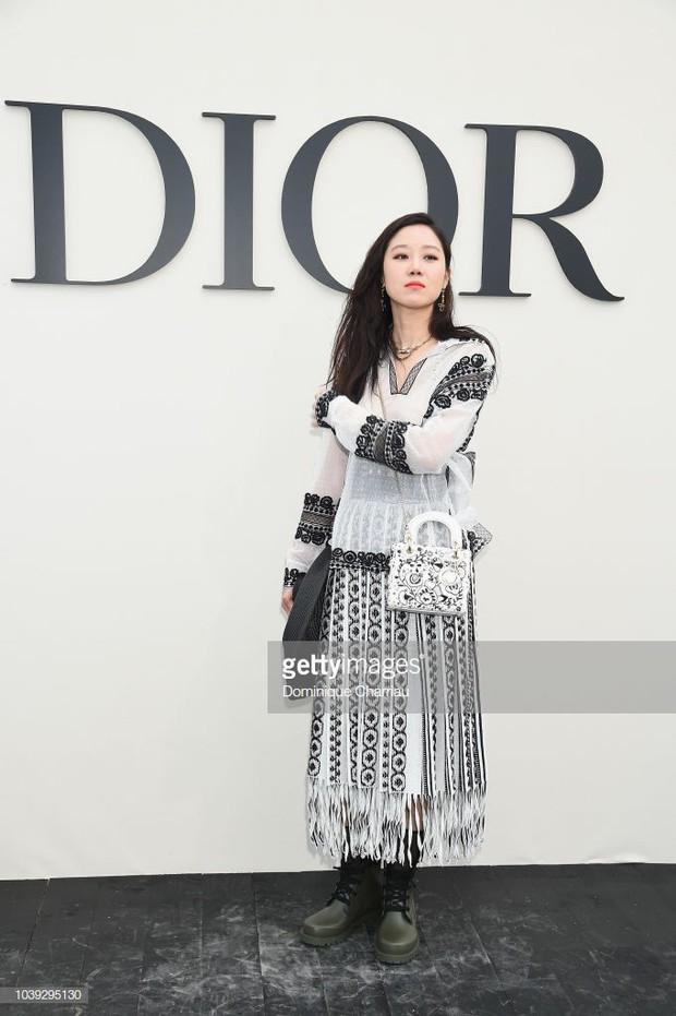 Angela Baby mặc váy đen mà nổi bần bật, Gong Hyo Jin diện nguyên set đồ người mẫu dự show Dior - Ảnh 5.