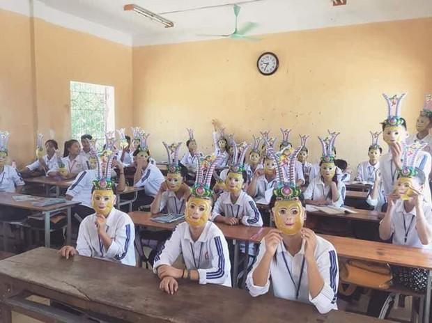 Trung Thu, cả lớp đeo mặt nạ Tôn Ngộ Không creepy dọa dân mạng - Ảnh 1.