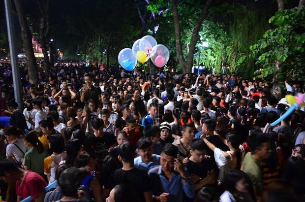 Hà Nội: Người dân đổ xô lên phố đi bộ, nhích từng centimet trong đêm trước Trung Thu - Ảnh 1.