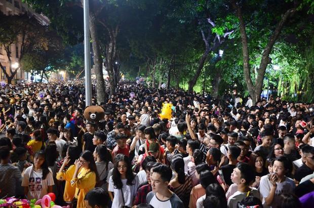 Hà Nội: Người dân đổ xô lên phố đi bộ, nhích từng centimet trong đêm trước Trung Thu - Ảnh 2.
