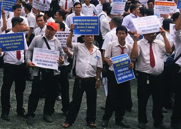 Hàng trăm tài xế Vinasun tập trung trước Toà án TP. HCM, giăng biểu ngữ yêu cầu Grab bồi thường - Ảnh 2.