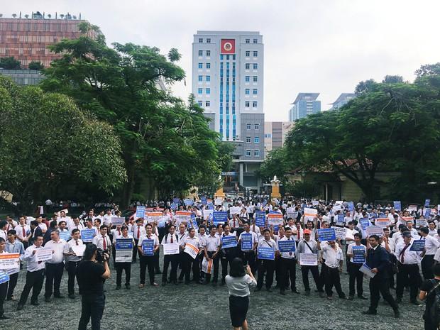 Hàng trăm tài xế Vinasun tập trung trước Toà án TP. HCM, giăng biểu ngữ yêu cầu Grab bồi thường - Ảnh 1.