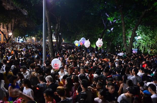 Hà Nội: Người dân đổ xô lên phố đi bộ, nhích từng centimet trong đêm trước Trung Thu - Ảnh 3.