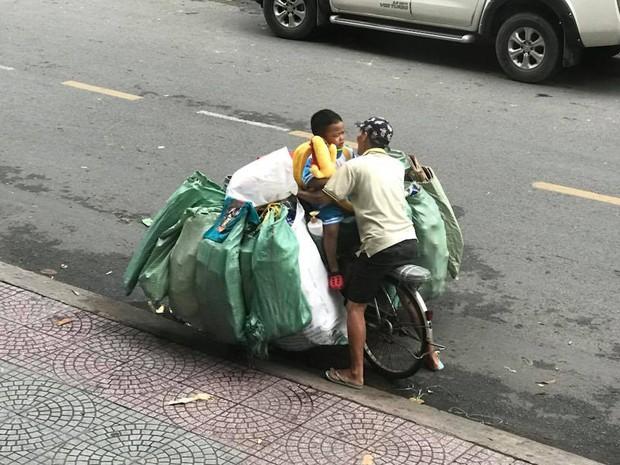 Cái hôn ấm áp của cậu bé dành cho mẹ trên chiếc xe đạp cũ chất đầy ve chai trong đêm Trung thu khiến nhiều người rưng rưng - Ảnh 2.