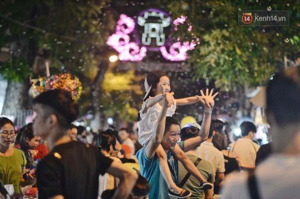 Rằm Trung thu ở Sài Gòn và Hà Nội: Người lớn vã mồ hôi, trẻ em òa khóc vì kẹt giữa biển người trong phố lồng đèn - Ảnh 3.