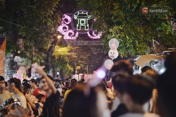 Rằm Trung thu ở Sài Gòn và Hà Nội: Người lớn vã mồ hôi, trẻ em òa khóc vì kẹt giữa biển người trong phố lồng đèn - Ảnh 2.
