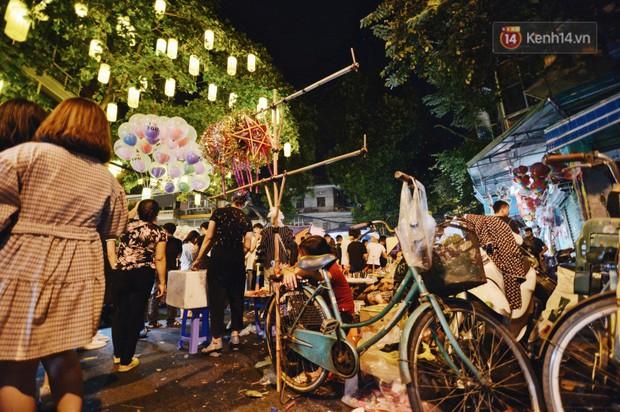 Rằm Trung thu ở Sài Gòn và Hà Nội: Người lớn vã mồ hôi, trẻ em òa khóc vì kẹt giữa biển người trong phố lồng đèn - Ảnh 7.