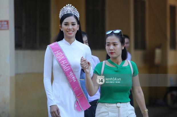 Hoa hậu Trần Tiểu Vy dịu dàng trong tà áo dài nữ sinh, về trường cũ tại Hội An dự lễ chào cờ - Ảnh 9.