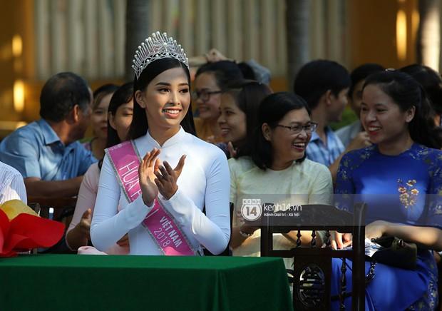 Hoa hậu Trần Tiểu Vy dịu dàng trong tà áo dài nữ sinh, về trường cũ tại Hội An dự lễ chào cờ - Ảnh 16.