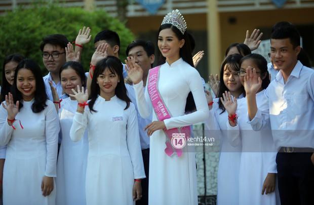 Hoa hậu Trần Tiểu Vy dịu dàng trong tà áo dài nữ sinh, về trường cũ tại Hội An dự lễ chào cờ - Ảnh 6.