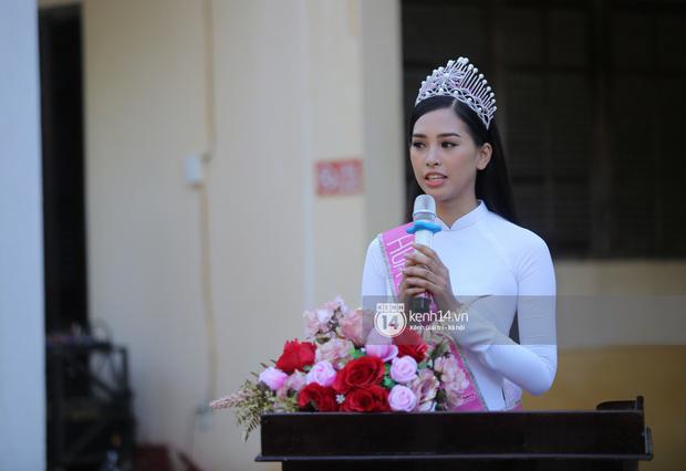 Hoa hậu Trần Tiểu Vy dịu dàng trong tà áo dài nữ sinh, về trường cũ tại Hội An dự lễ chào cờ - Ảnh 2.
