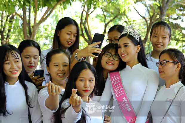 Hoa hậu Trần Tiểu Vy dịu dàng trong tà áo dài nữ sinh, về trường cũ tại Hội An dự lễ chào cờ - Ảnh 15.