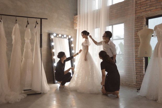 Trước hôn lễ 1 ngày, loạt ảnh hậu trường thử váy cưới của Nhã Phương chính thức được hé lộ - Ảnh 6.