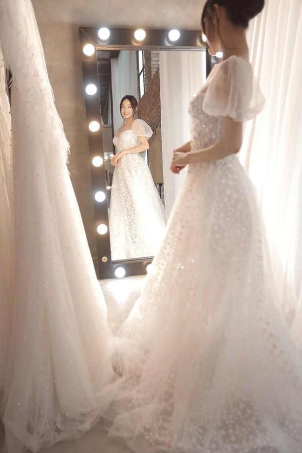 Trước hôn lễ 1 ngày, loạt ảnh hậu trường thử váy cưới của Nhã Phương chính thức được hé lộ - Ảnh 4.