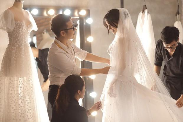 Trước hôn lễ 1 ngày, loạt ảnh hậu trường thử váy cưới của Nhã Phương chính thức được hé lộ - Ảnh 5.
