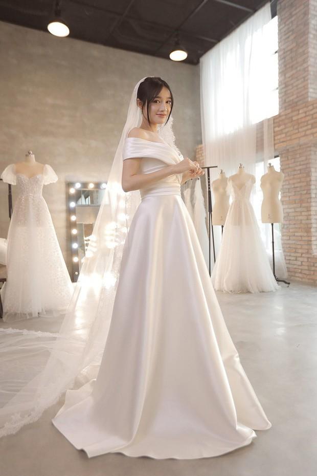 Trước hôn lễ 1 ngày, loạt ảnh hậu trường thử váy cưới của Nhã Phương chính thức được hé lộ - Ảnh 1.