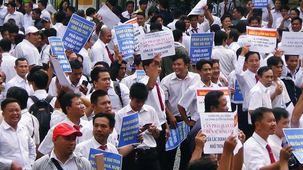 Hàng trăm tài xế Vinasun tập trung trước Toà án TP. HCM, giăng biểu ngữ yêu cầu Grab bồi thường - Ảnh 3.