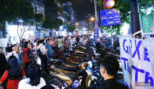 Rằm Trung thu ở Sài Gòn và Hà Nội: Người lớn vã mồ hôi, trẻ em òa khóc vì kẹt giữa biển người trong phố lồng đèn - Ảnh 12.