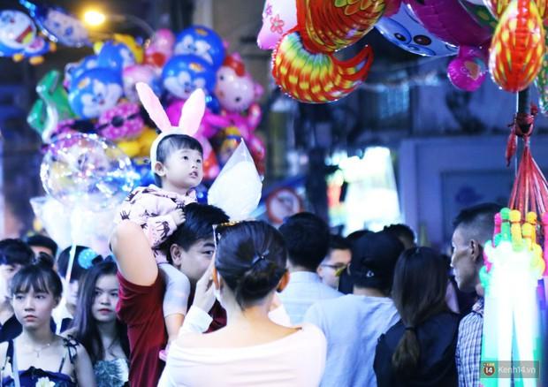 Rằm Trung thu ở Sài Gòn và Hà Nội: Người lớn vã mồ hôi, trẻ em òa khóc vì kẹt giữa biển người trong phố lồng đèn - Ảnh 8.
