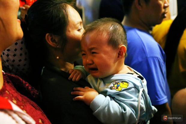 Rằm Trung thu ở Sài Gòn và Hà Nội: Người lớn vã mồ hôi, trẻ em òa khóc vì kẹt giữa biển người trong phố lồng đèn - Ảnh 13.