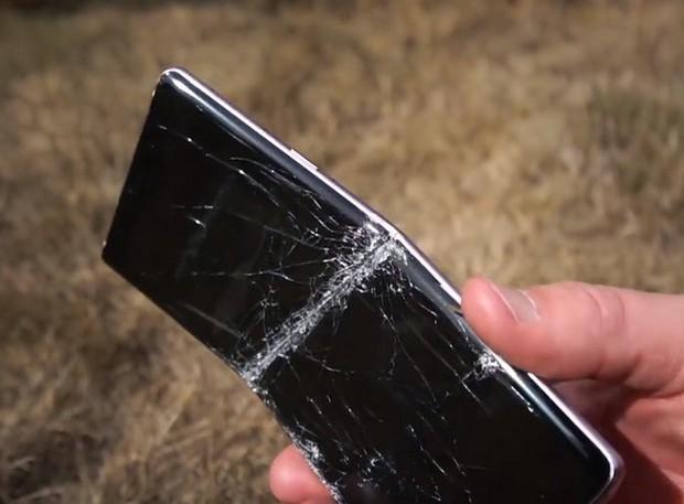 Thử chém iPhone XS Max và Galaxy Note 9 bằng kiếm Nhật: Còn đâu thân hình kiều diễm nữa! - Ảnh 4.