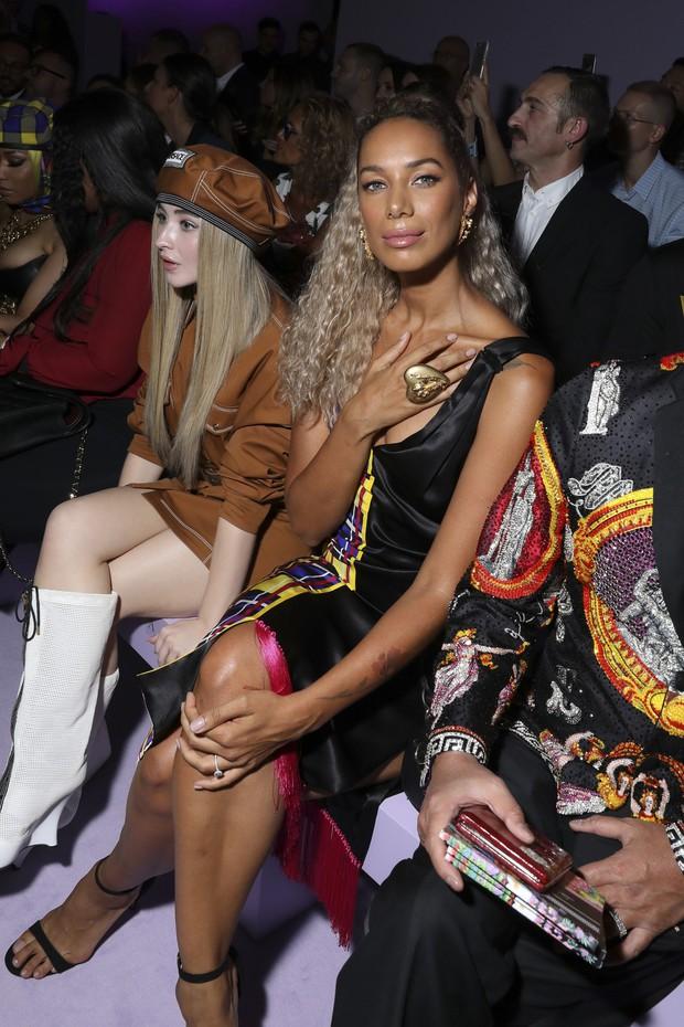 Thảo Tiên - Đệ nhất Rich Kid Việt cùng mẹ lại tiếp tục chinh phục Milan Fashion Week, điểm đến đầu tiên là show Versace - Ảnh 8.