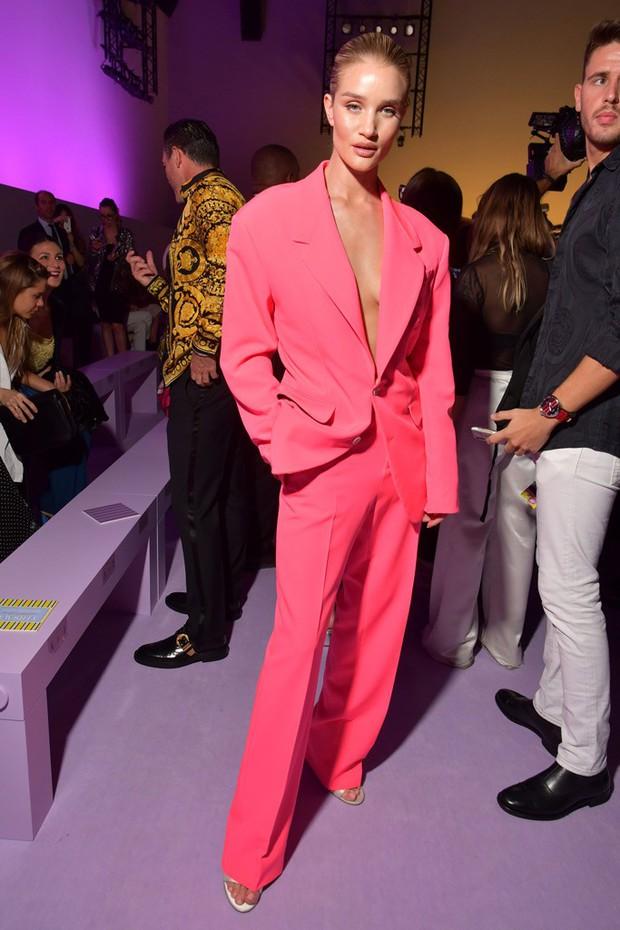 Thảo Tiên - Đệ nhất Rich Kid Việt cùng mẹ lại tiếp tục chinh phục Milan Fashion Week, điểm đến đầu tiên là show Versace - Ảnh 9.