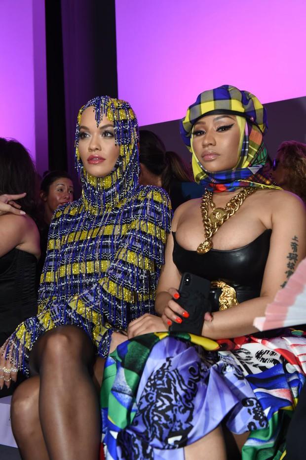 Thảo Tiên - Đệ nhất Rich Kid Việt cùng mẹ lại tiếp tục chinh phục Milan Fashion Week, điểm đến đầu tiên là show Versace - Ảnh 7.