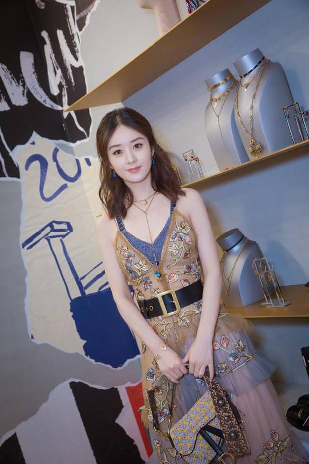 """Cùng sửa váy cho kín đáo: Triệu Lệ Dĩnh như diện hàng Taobao, Blake Lively lại đẳng cấp khác """"một trời một vực"""" - Ảnh 2."""