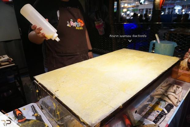 Đến chợ đêm ở Thái đừng quên tậu về những chiếc bánh nướng giòn thơm thú vị này - Ảnh 3.