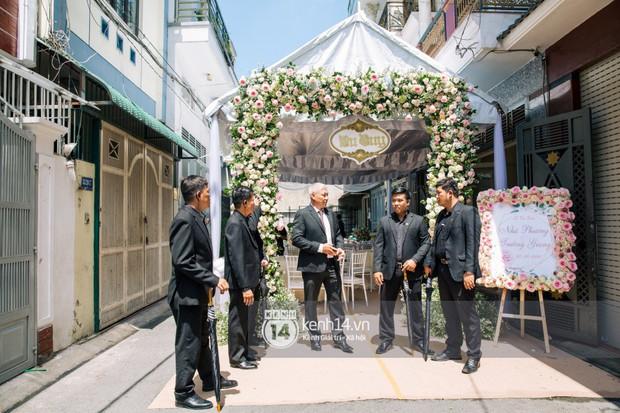 Dàn vệ sĩ cầm sẵn dù xuất hiện tại nhà Nhã Phương, có thể kịch bản hôn lễ Hà Tăng cách đây 5 năm lặp lại? - Ảnh 2.