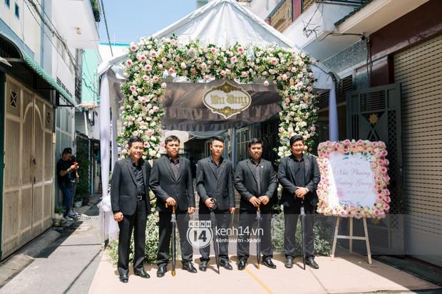 Dàn vệ sĩ cầm sẵn dù xuất hiện tại nhà Nhã Phương, có thể kịch bản hôn lễ Hà Tăng cách đây 5 năm lặp lại? - Ảnh 3.