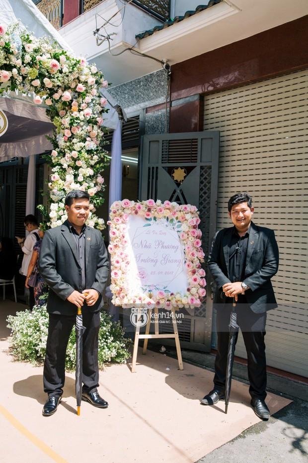 Dàn vệ sĩ cầm sẵn dù xuất hiện tại nhà Nhã Phương, có thể kịch bản hôn lễ Hà Tăng cách đây 5 năm lặp lại? - Ảnh 4.