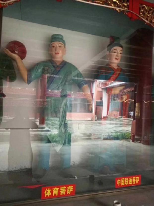 Xuất hiện ngôi miếu với nhiều tượng Bồ Tát lạ ở Trung Quốc, thậm chí có cả Bồ Tát Tiếng Anh và Bồ Tát cổ phiếu - Ảnh 6.