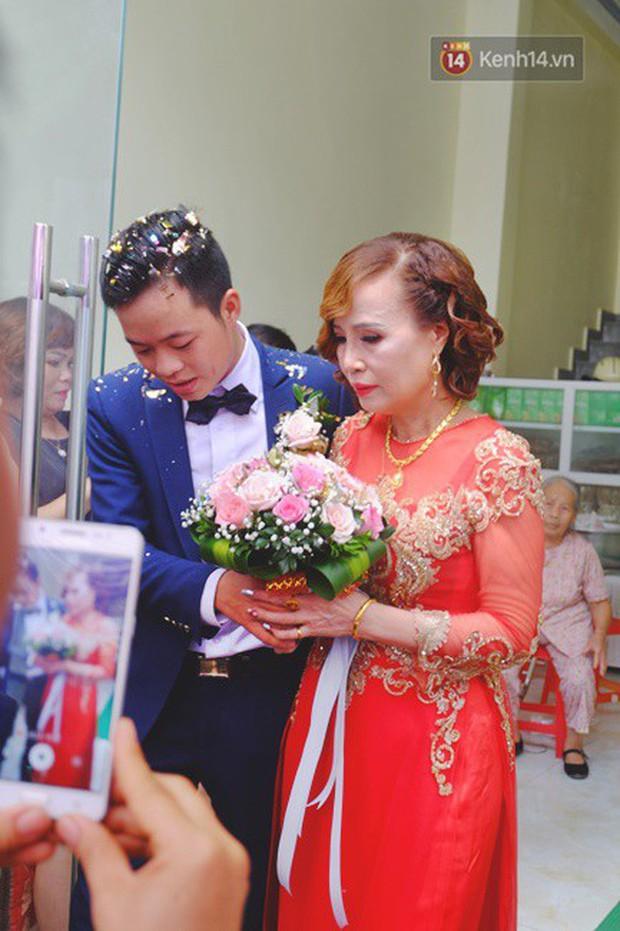 Sau đám cưới, cô dâu 62 tuổi đi Hà Nội để tân trang lông mày và xăm tên hai vợ chồng lên cơ thể - Ảnh 1.