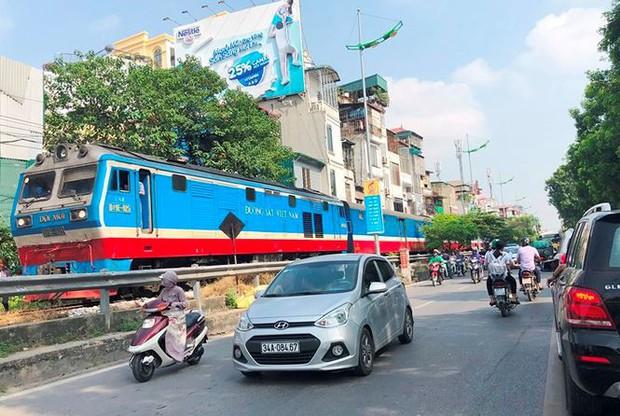 Tàu hỏa va chạm xe máy khiến nhiều phố Hà Nội tắc kéo dài - Ảnh 2.