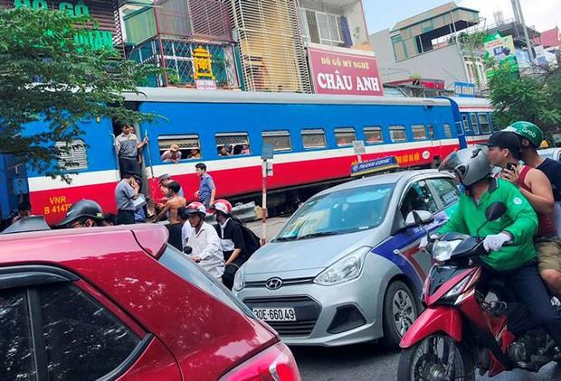 Tàu hỏa va chạm xe máy khiến nhiều phố Hà Nội tắc kéo dài - Ảnh 3.
