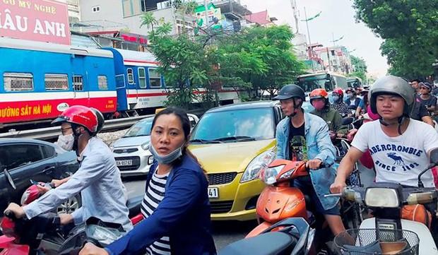 Tàu hỏa va chạm xe máy khiến nhiều phố Hà Nội tắc kéo dài - Ảnh 5.